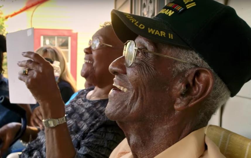 Ричард Овертон со своей возлюбленной. Фото Скриншот с официального YouTube канала National Geographic.