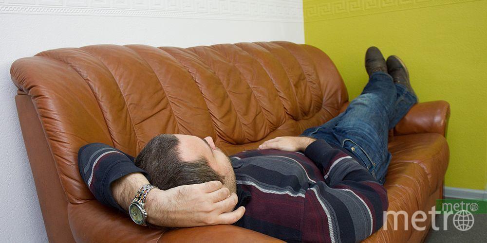 """Сотрудник Metro испытывает офисный диван. Фото Василий Кузьмичёнок, """"Metro"""""""