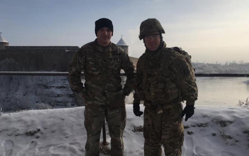 Американские военные на фоне Ивангородской Крепости. Фото Официальная страница 173-ей воздушно-десантной бригады США в социальной сети Facebook.