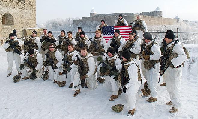 ВС США на фоне Ивангородской Крепости. Фото Скриншот с сайта Sputnik.