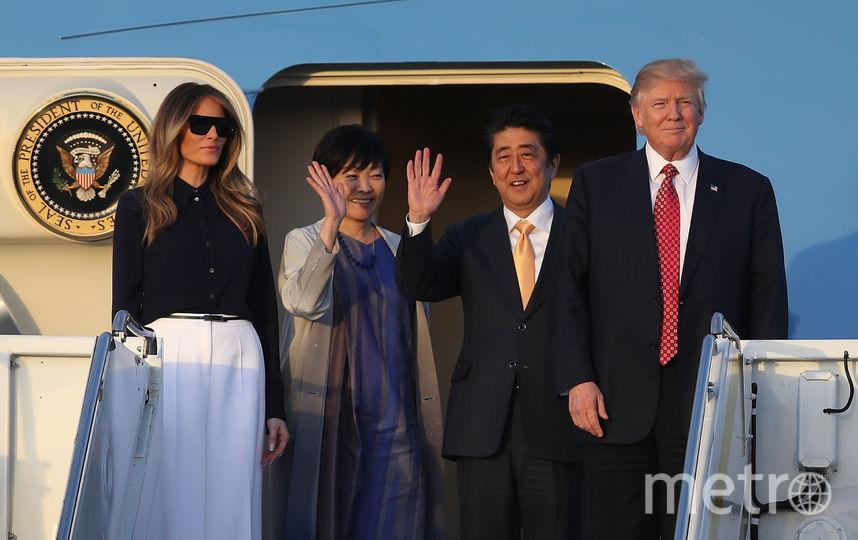 Видео рукопожатия президента США Дональда Трампа и японского премьер-министра Синдзо Абэ стало хитом в Сети. Фото Getty