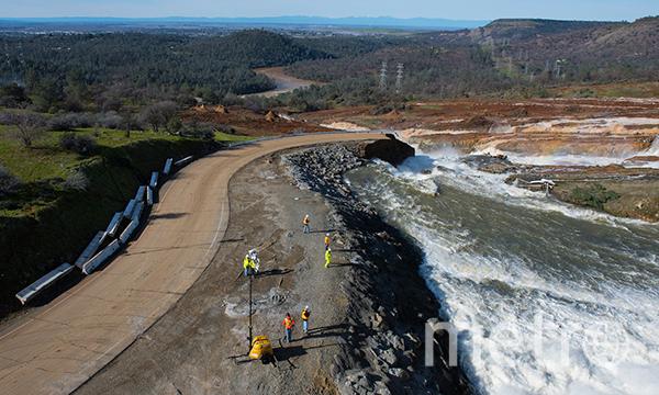 """Каждую секунду через главный водосброс """"вытекает"""" 100 тысяч кубометров воды. Фото Департамент водных ресурсов США"""