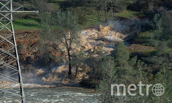 Потоки воды несут в реку обломки деревьев. Фото Департамент водных ресурсов США