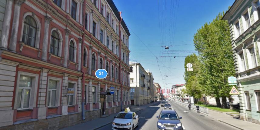 Кусок лепнины рухнул уостановки вцентре Петербурга
