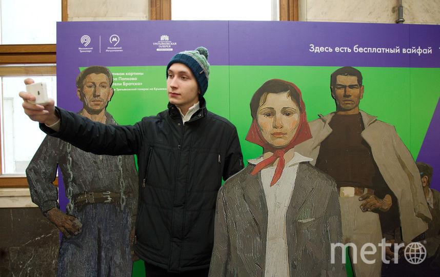 Селфи с героями картины Виктора Попкова «Строители Братска». Фото Василий Кузьмичёнок