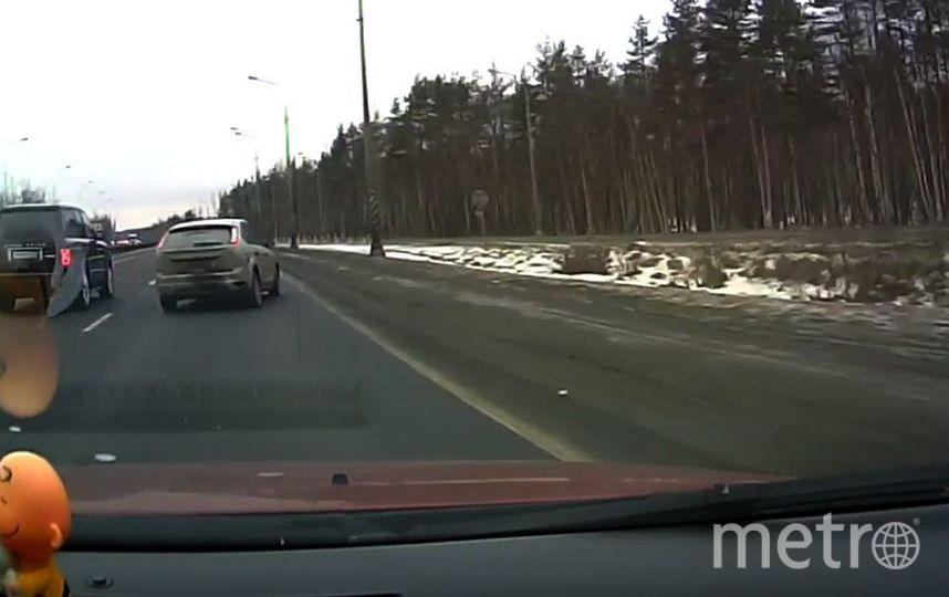Пользователи Сети обсуждают видео со смертельным маневром водителя в Петербурге. Фото Скриншот YouTube/Мегаполис, Скриншот Youtube