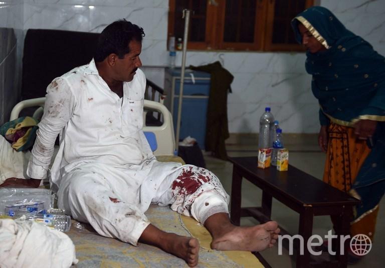 Пострадавший в результате теракта в Пакистане. Фото AFP