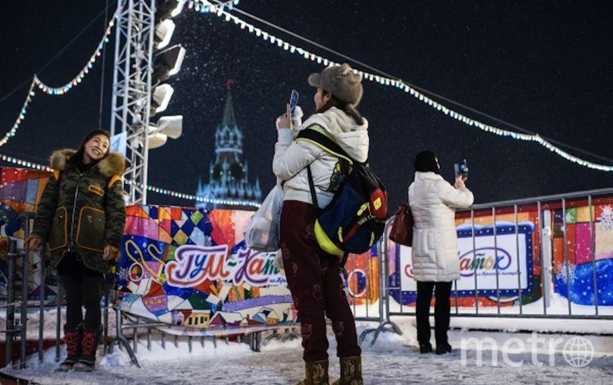 Туристы фотографируются на Красной площади в Москве. Фото РИА Новости