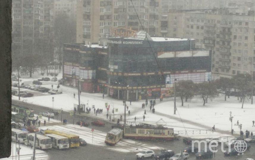 На севере Петербурга трамвай разорвался пополам. Фото «ДТП и ЧП | Санкт-Петербург»/Алексей Кусов, vk.com