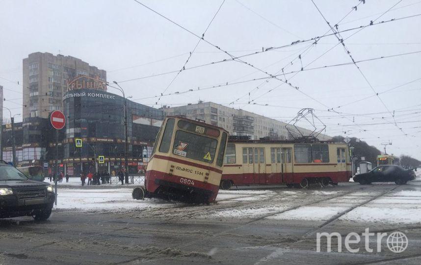 На севере Петербурга трамвай разорвался пополам. Фото «ДТП и ЧП | Санкт-Петербург», vk.com