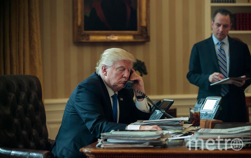 Трамп говорит по телефону. Фото Getty