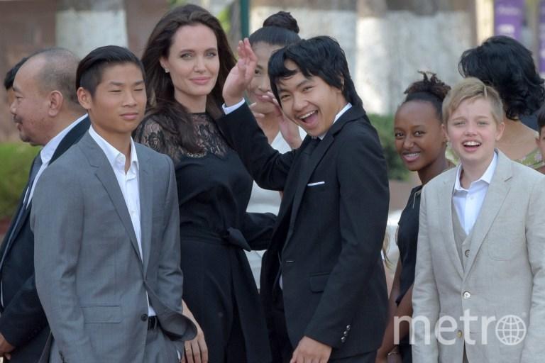 Анджелина Джоли с детьми в Камбодже. Фото AFP