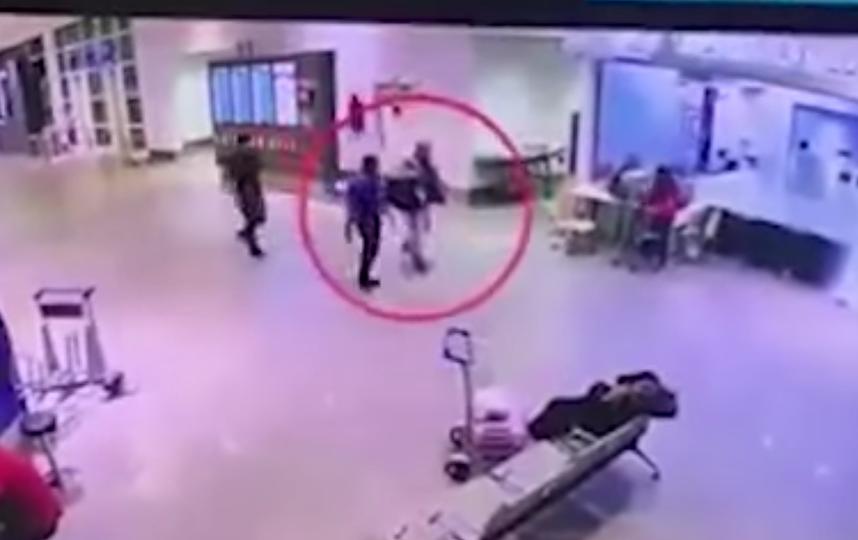 Пострадавшего мужчину отводят в медпункт. Фото Скриншот YouTube