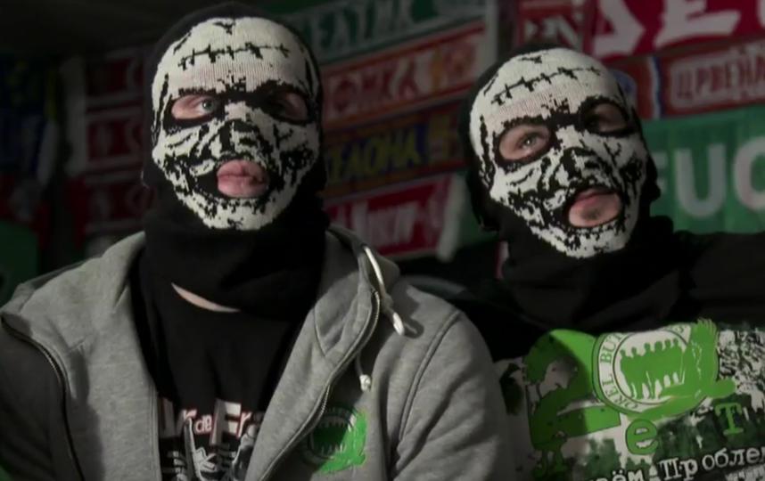 Члены группировки «Орловские мясники» в местном пабе. Фото Скриншот из фильма