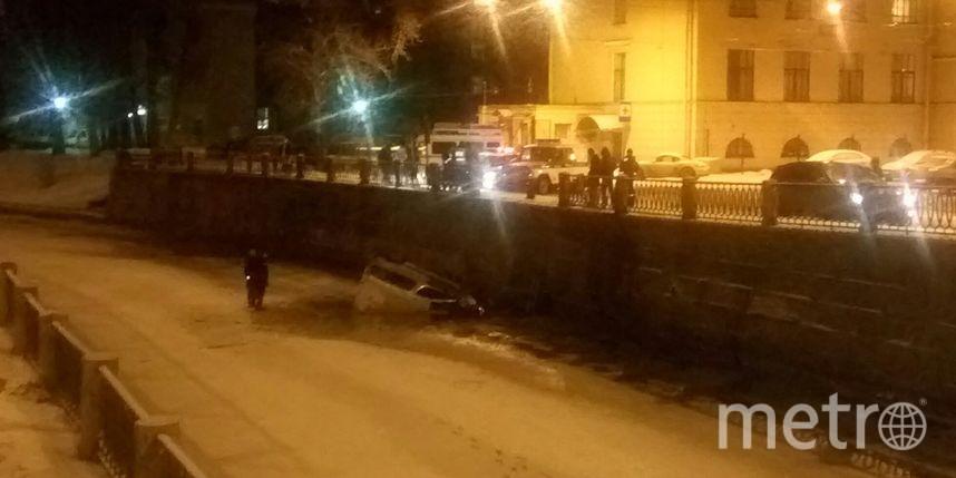 Легковушка рухнула вреку вПетербурге, пробив ограждение набережной