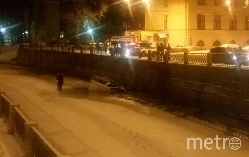 На Петроградской стороне автомобиль пробил ограждение и рухнул в реку Карповку. Фото ДТП/ЧП - все, vk.com
