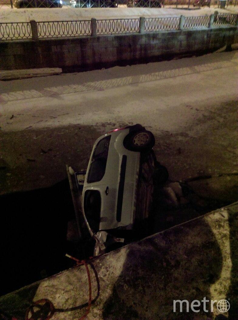 На Петроградской стороне автомобиль пробил ограждение и рухнул в реку Карповку. Фото vk.com