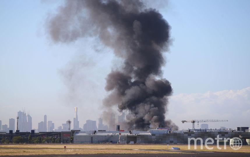 Прямо с взлетного поля аэропорта виден черный дым на месте падения самолета. Фото Getty