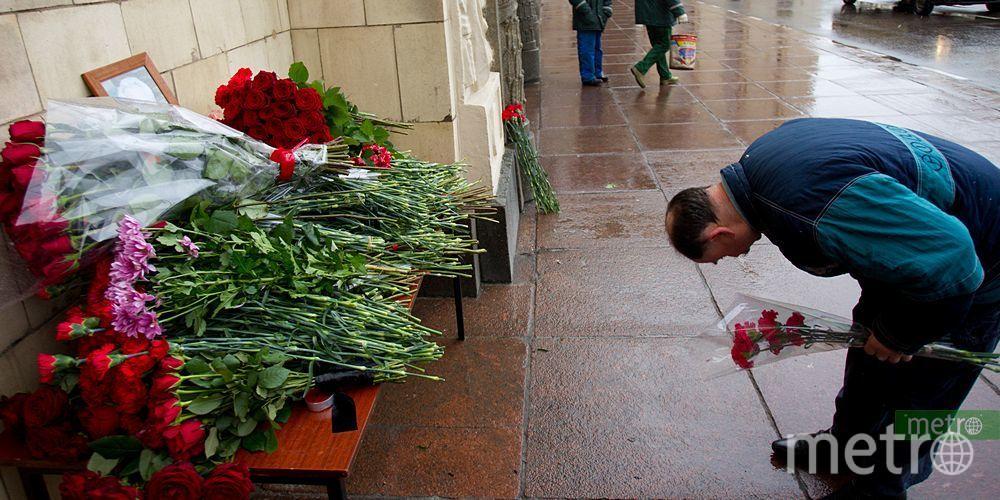 """Москвичи несут цветы в память о Чуркине. Фото Василий Кузьмичёнок, """"Metro"""""""