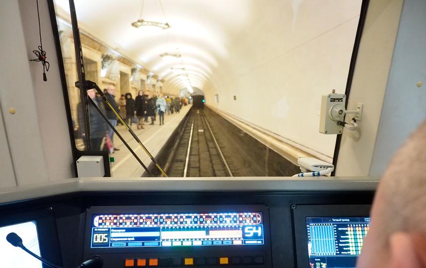 Машинист в кабине поезда. Фото пресс-служба московского метрополитена.