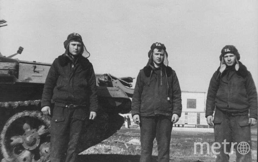 Представляю фотографию моей юности и наш лучший танковый экипаж. Слева направо: Юрий Охотников (это я), Здешиц Геннадий и Владимир Кукарцев. Фото Читатель Metro Юрий.