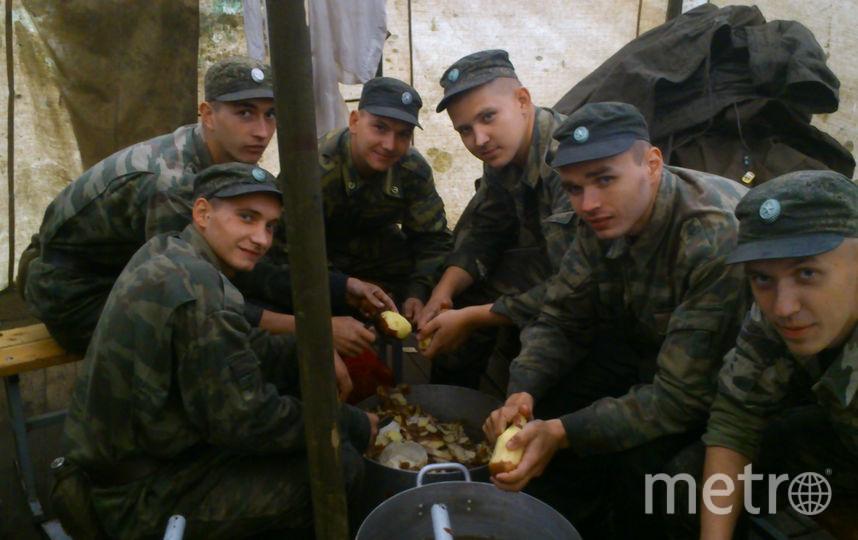 На фото (второй справа) мой сынусик со своими ребятами. Это был 2014 год. Военная школа поваров в городе Наро-Фоминске. Фото Читательница Metro Ирина.