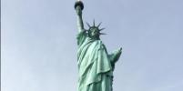 На статую Свободы повесили скандальный плакат