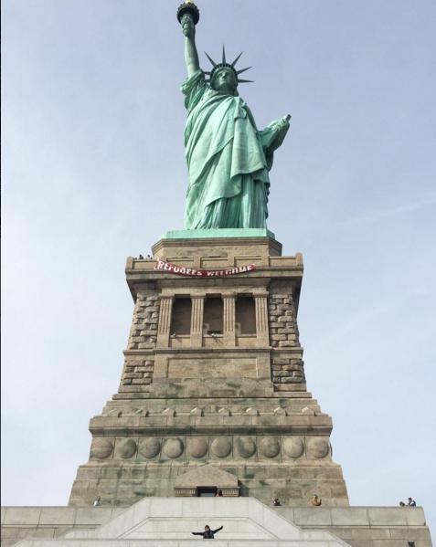 Плакат появился на статуе Свободы в Нью-Йорке.