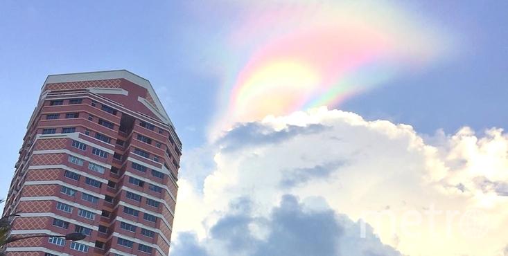 Внебе над Сингапуром увидели необычное разноцветное пятно
