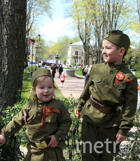 На фото мои дети. Старший кадет 14 лет., младший учится в школе, но мечтает стать военным и пойти по стопам деда, продолжить династию военных. В нашей семье есть такая традиция, 9 мая всей семьей ходить на парад. Фото Коновалова Ирина Александровна