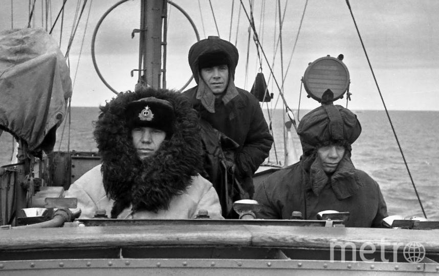 Мой отец Потёмкин Виктор Васильевич (слева) на корабле большой охотник во время перехода по Северному Морскому пути в июле 1955 года.  Ему сейчас 85 лет. Присылаю фото с его одобрения. Фото Владимир Потемкин