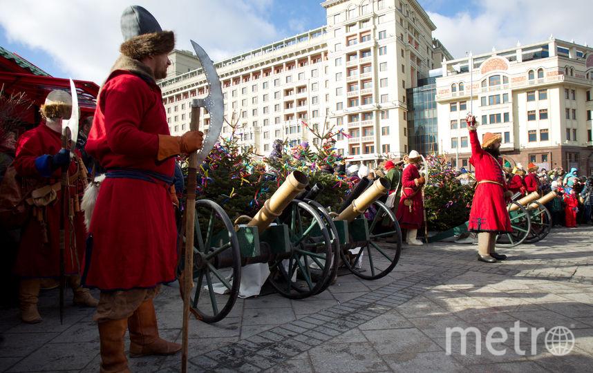 Сражение войнов весны и зимы на площади Революции. Фото Василий Кузьмичёнок