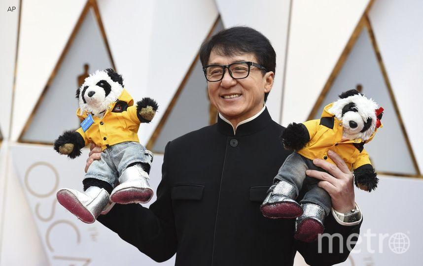 Джеки Чан с пандами. Фото Twitter @GMA