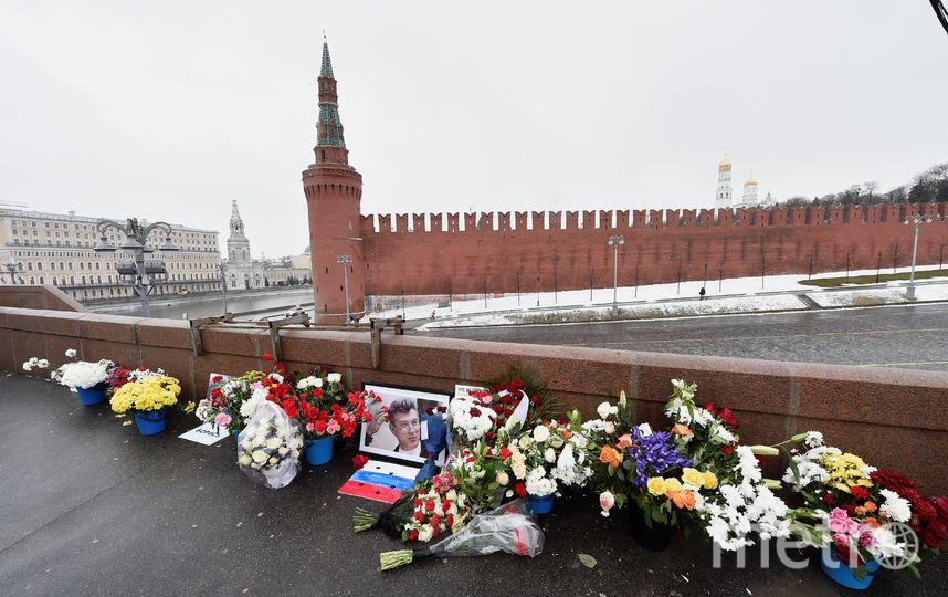 Цветы на Большом Московрецком мосту, где убили Немцова. Фото AFP