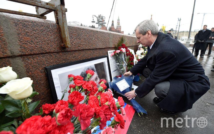 Москвичи несут цветы к месту убийства Немцова. Фото AFP