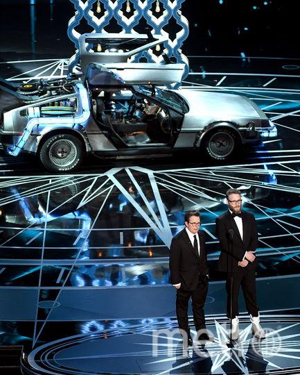 Актеры Майкл Джей Фокс и Сэт Роджен произносят речь на церемонии награждения. Фото Getty