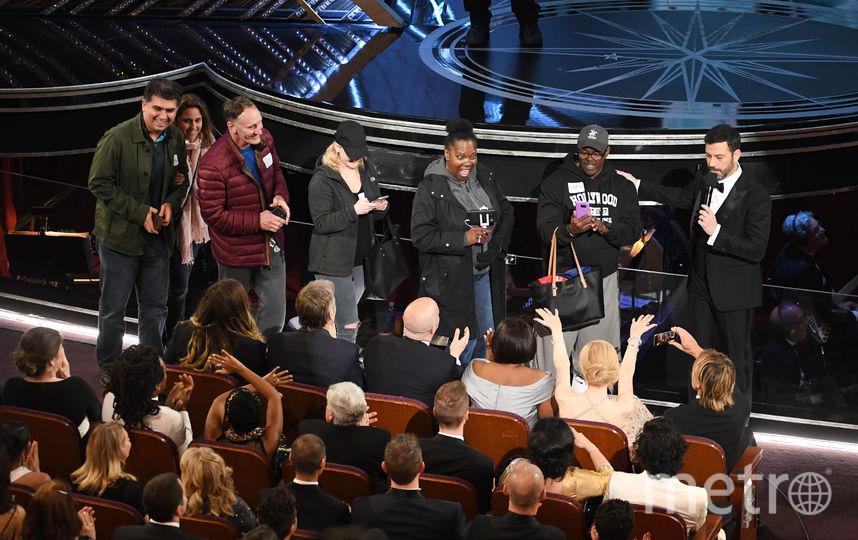 Ведущий церемонии Джимми Киммел проводит на церемонию пораженных туристов. Фото Getty