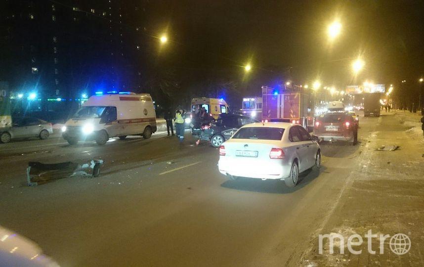 Такси смяло обтрамвай наЭнгельса вПетербурге: водителя вырезали изавто
