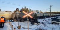 Товарный поезд на переезде в Ленобласти врезался в КамАЗ: водитель погиб