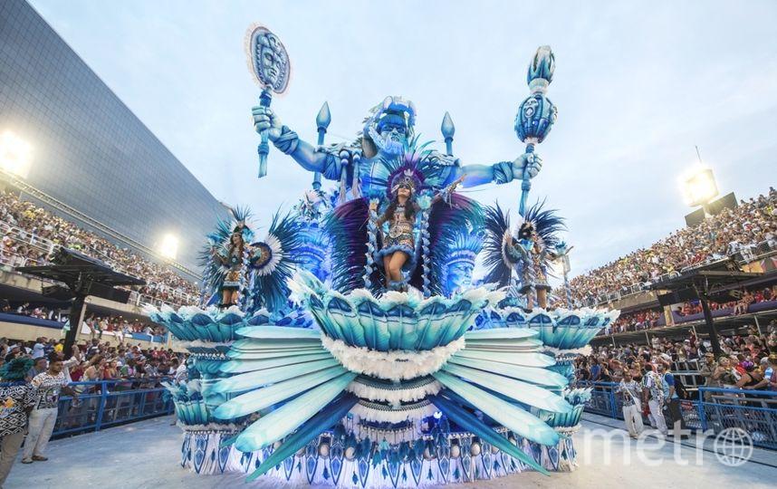 Набразильском карнавале одна изплатформ въехала втолпу созерцателей