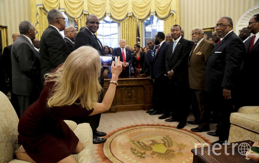 Советница Трампа вызвала ажиотаж в Сети раскованной позой в Белом доме. Фото Getty