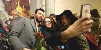 Как Денис Клявер пел в метро Петербурга и дарил тюльпаны