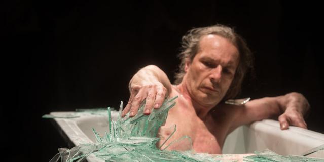 Обнажённый швейцарский художник искупался в ванне с осколками стекла