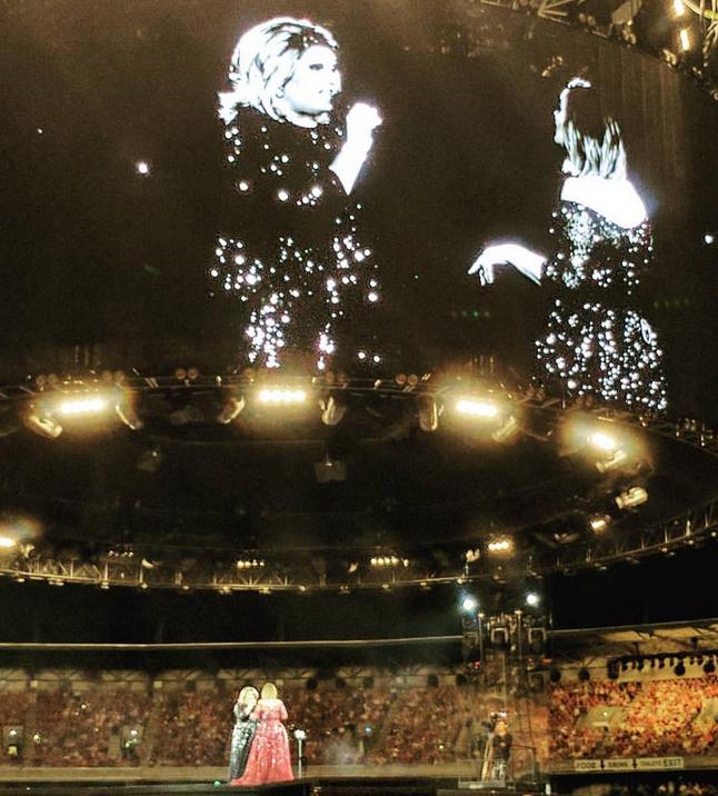 Адель спела со своим двойником-трансвеститом. Фото Скриншот Instagram/djfeminem