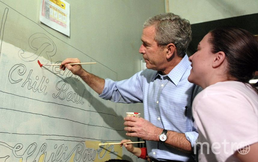 Джордж Буш рисует. Фото Getty