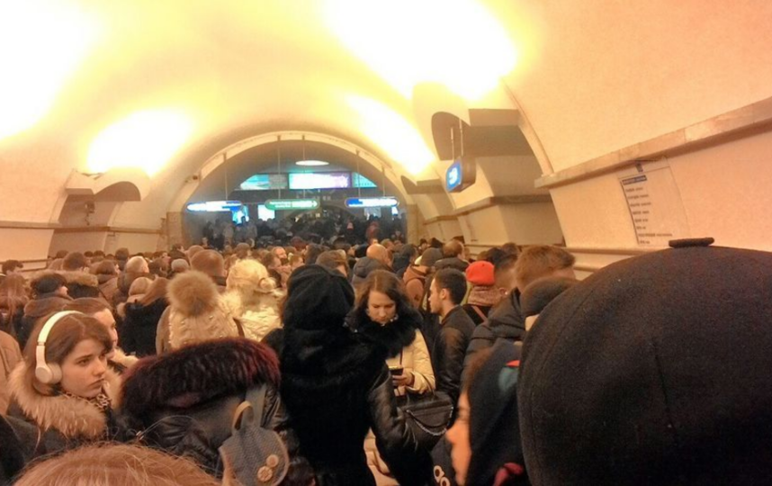 На платформах станции образовались толпы людей. Фото ДТП/ЧП, vk.com