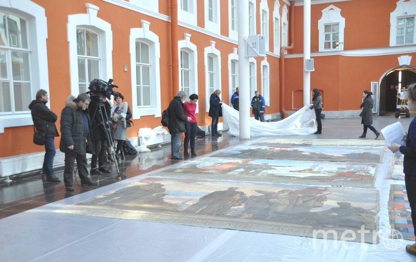 Картины развернули на полу атриума | фото предоставлено музеем истории Петербурга.