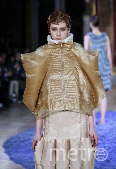 Показ Anrealage на Неделе моды в Париже.