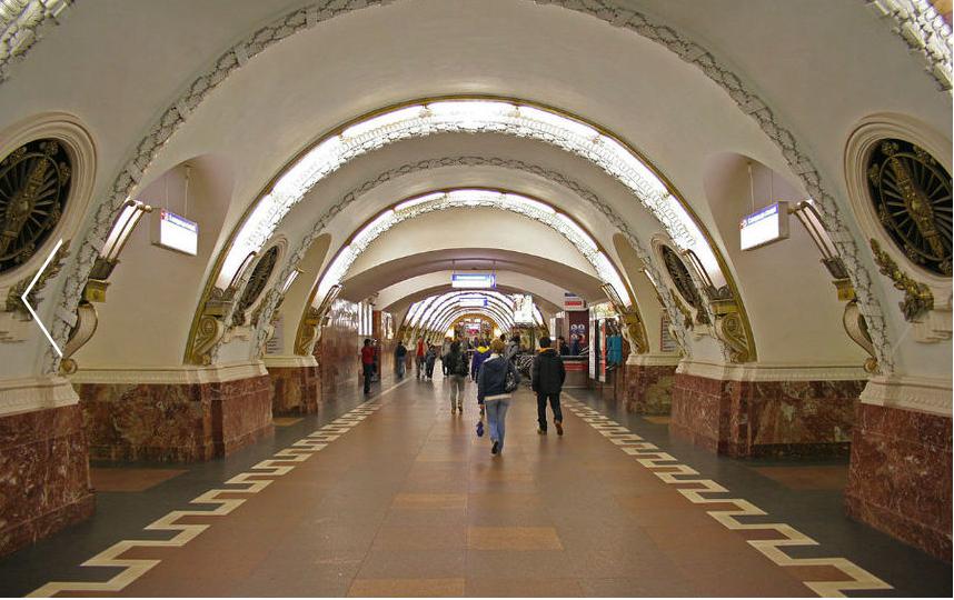 "На ""Площади Восстания"" многолюдно всегда - в метро, и на наземной остановке. Фото ""Metro"""
