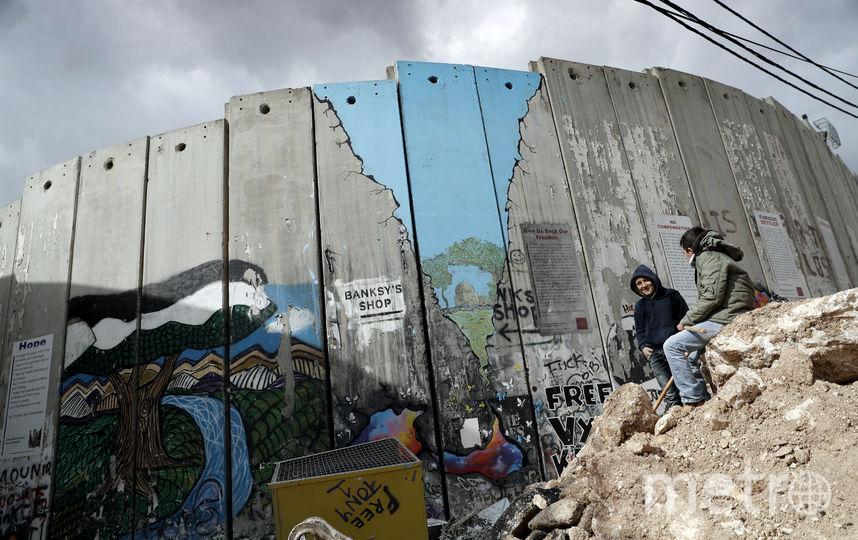 Стена возле отеля. Фото AFP